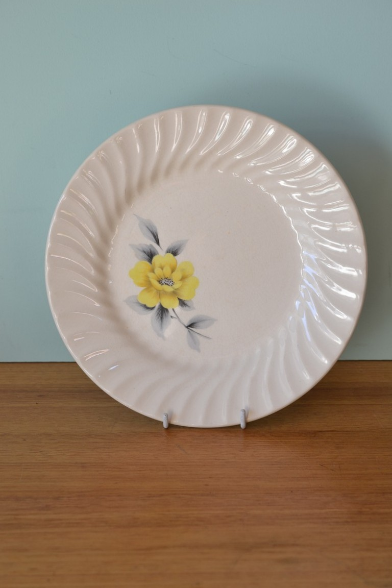 Vintage Johnson of Australia Dinner plate yellow flower 3195 - Funky Flamingo